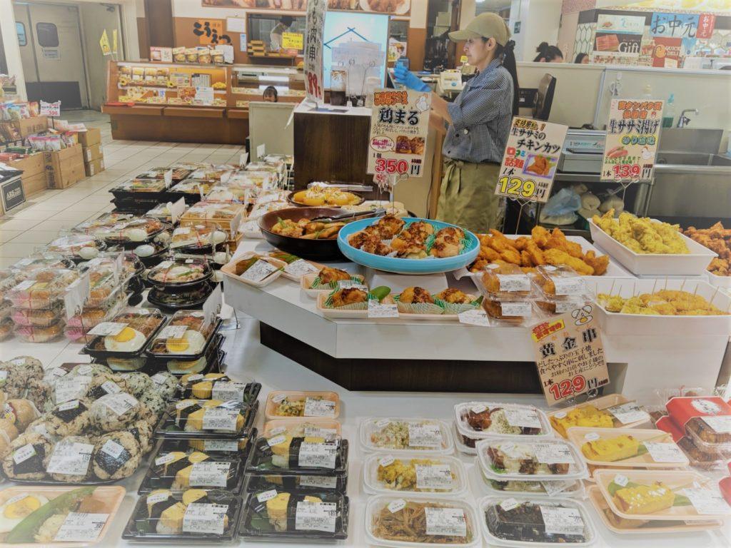 株式会社DMTでは、埼玉県武蔵浦和駅直通マーレ1階にあるやきとり倶楽部を中心として、千葉県、茨城県の3エリアにて6店舗を展開しています。 すぐに食べられる美味しいお総菜、手作りだからこそ選ばれる、これからの忙しいご家庭にぴったりの当社は地元のファンに支えられ日々行列ができるほどの盛況ぶりです。 お近くにお越しの際は是非ともお立ち寄りください。